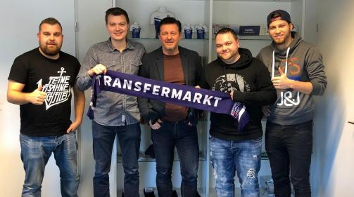 Christian Titz (Mitte) zu Besuch bei Transfermarkt neben den Redakteuren Dominik Subbe, Philipp Marquardt, Tobias Kröger und Fabian Knottnerus (v.l.n.r.)