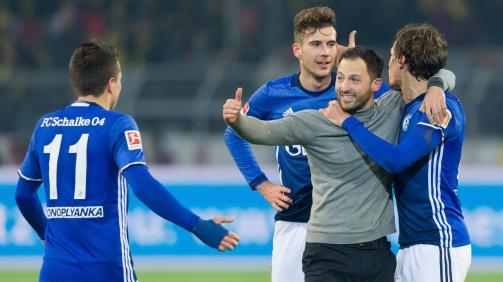 © imago / Freudentaumel nach der Aufholjagd im Revierderby gegen den BVB: Schalke-Trainer Domenico Tedesco mit seinen Spielern