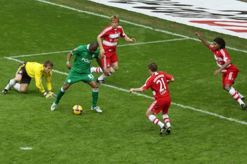 © imago / Grafite tanzt die Bayern-Abwehr aus und schiebt mit der Hacke für Wolfsburg zum Tor ein: Diese Szene machte den Brasilianer in der Bundesliga unsterblich