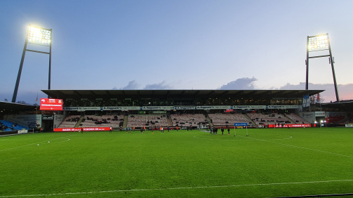 © Matthias Mund / Ausverkauft ist es nicht im Aalborg Portland Park: Die fast 8.000 Besucher sind dennoch Rekordkulisse für diese Saison