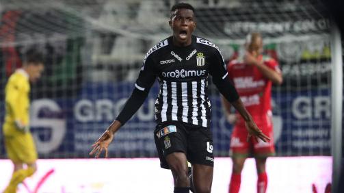 Victor Osimhen bejubelt einen Treffer für den RSC Charleroi