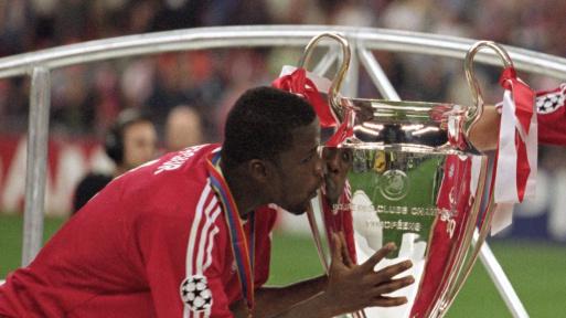 Kuffour besando la copa de la Champions League.
