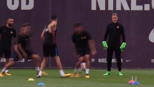 Busquets mit frechem Tunnel im Training