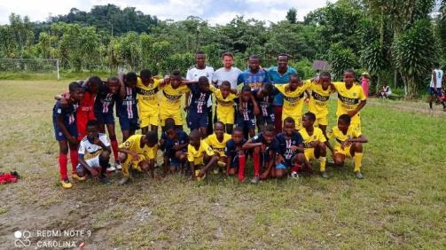 © Redmi Note 9 - Carolina: Fabian Träger (M.) mit Junioren beim Scouting in Timbiquí