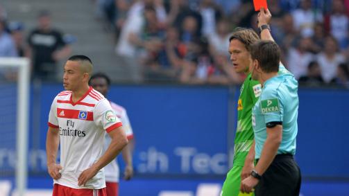 Bitterer Moment: Der HSV steigt trotz eines 2:1 gegen Gladbach direkt ab, Angreifer Bobby Wood kassiert in der 71. Minute Gelb-Rot von Schiedsrichter Dr. Felix Brych
