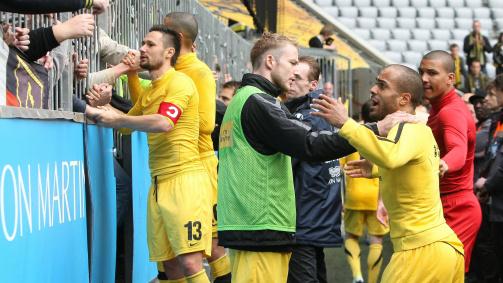 Diskussionsbedarf: David Odonkor im Disput mit Fans von Alemannia Aachen nach dem feststehenden Abstieg aus der 2. Liga