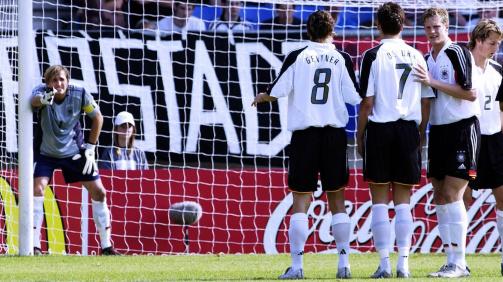 Torhüter René Adler dirigiert seine Mitspieler bei der U20-WM 2005