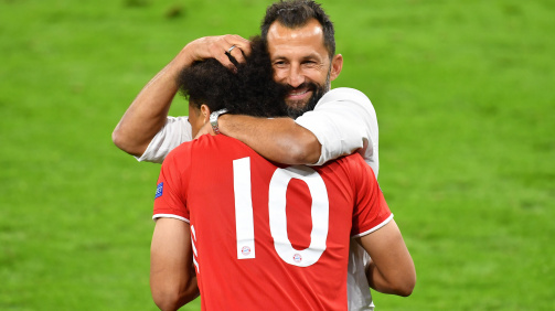 Spürt den Rückhalt des FC Bayern: Neuzugang Leroy Sané mit Sportvorstand Hasan Salihamidzic