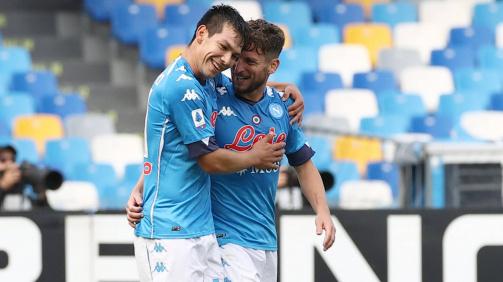 El mexicano Lozano celebra un gol con su compañero Mertens.
