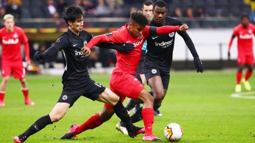 Adeyemi fights off a challenge by Eintracht Frankfurt's Kamada (l.) and N'Dicka