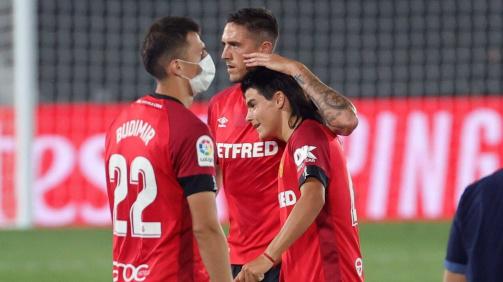 Luka Romero, felicitado pelos seus colegas do RCD Mallorca.