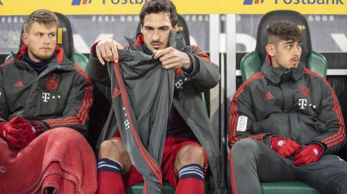 März 2019 in Mönchengladbach: Meritan Shabani (r.) auf Bayerns Ersatzbank neben Mats Hummels (Mitte) und Lars Lukas Mai