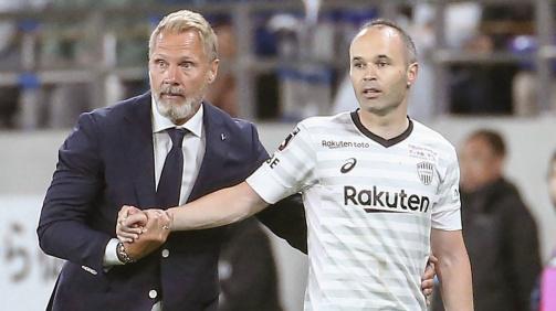 © imago images - Thorsten Fink (links), Trainer von Vissel Kobe, schickt Andrés Iniesta (rechts). aufs Feld