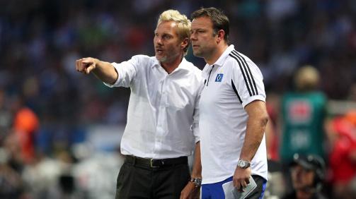 © imago images - Thorsten Fink (links) und Patrick Rahmen (rechts), Trainer und Co-Trainer beim HSV, bewerten das Spielgeschehen