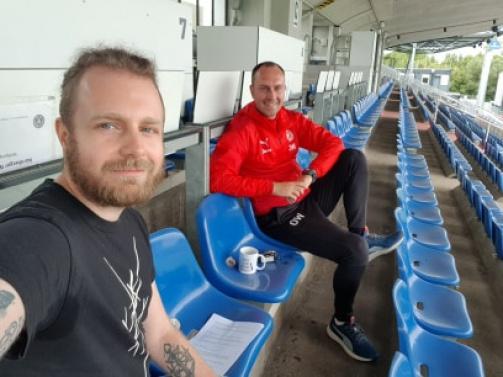 © Marius Soyke - Ole Werner mit TM-Redakteur Marius Soyke - das mit dem Abstand klappte im Holstein-Stadion prima